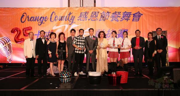 擔任隊長榮獲亞軍,蔣翼鵬(右七)頒發獎牌。