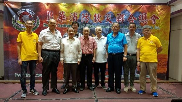 李德鑫〈左3〉、莊漢香〈左2〉、莊長順〈右2〉、詹維紘〈右3〉和與會菲華消防救災聯合總會幹部合影。