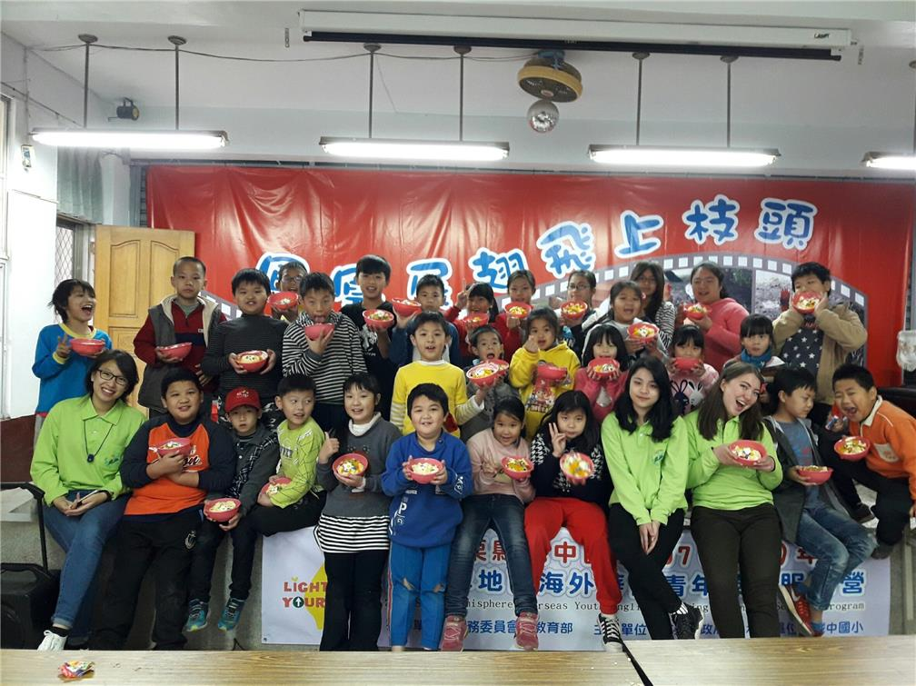 picture with children in Chengjung Elementary School