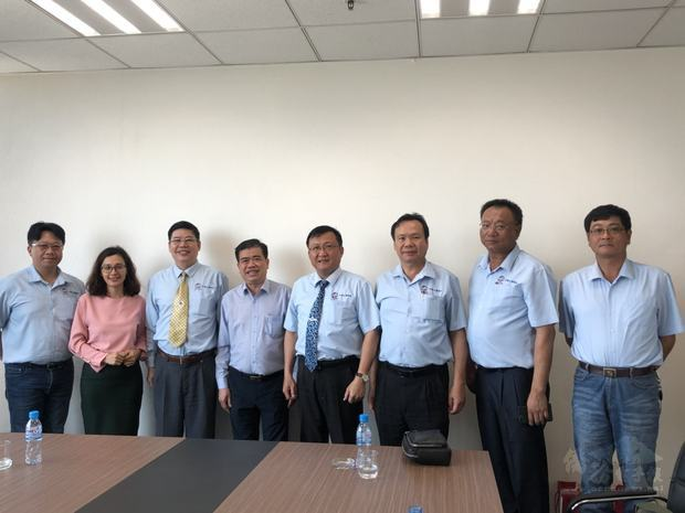 拜會省外務廳,右4為吳俊瑩。