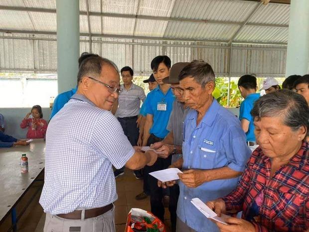 許聰明(左一)頒發慈善捐款予貧困人士。