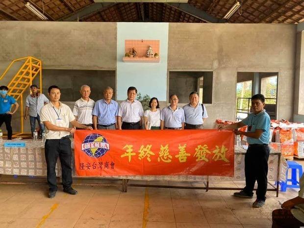 隆安臺商慈善團與受贈單位合影。