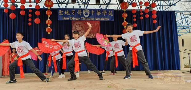 中華學苑九年甲班同學的武術太極拳功夫扇,帶來精彩表演。