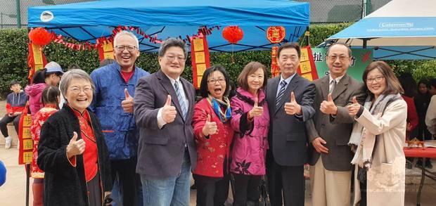 蔣翼鵬(右3)、張林(左1)、錢昭榮(左2)、謝家樹(左3)、孫麗敏(左4)、黃莉莉(右4)、傅家康(右2)、張慧娟(右1)等人參加園遊會。