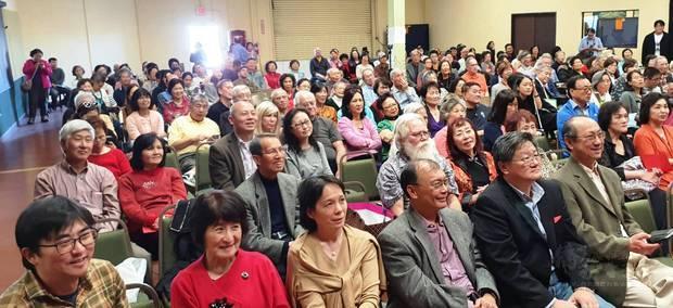 近400位臺灣鄉親齊聚一堂,共迎新春。一排左四至六為杜武青、謝家樹及傅家康。