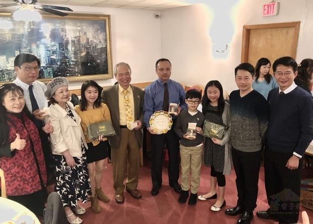 蔡聖賢(右二)與多位桃園市中小學校長,分別代表教育局和各個學校,向游勝雄夫婦(中、左二)表達謝意。