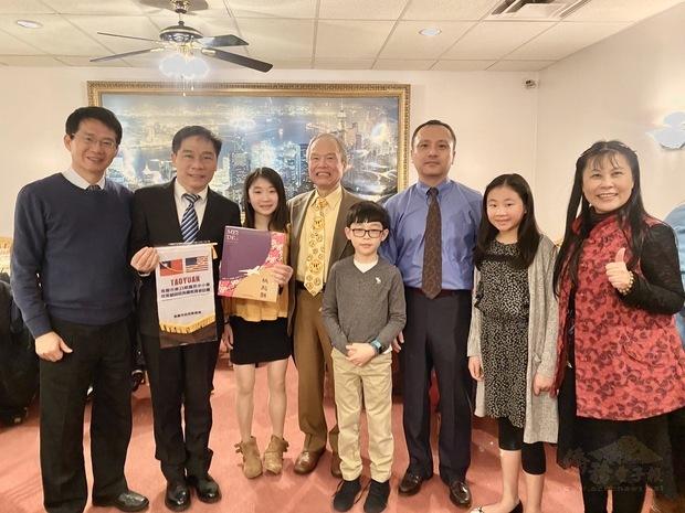 歐宏偉(左二)應邀出席觀禮,感謝游勝雄(左四)和家人們發揮大愛精神,關懷臺灣故鄉。