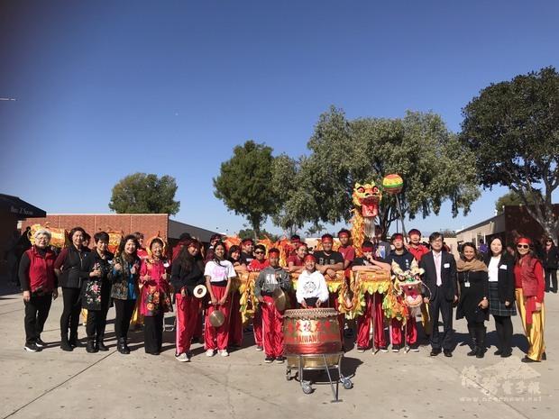 Mayfair中學師生以舞龍表演迎接洛洛杉磯文教中心與文化志工來訪。