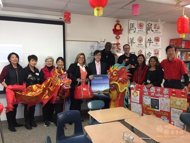 翁桂堂率文化志工拜訪mayfair中學。