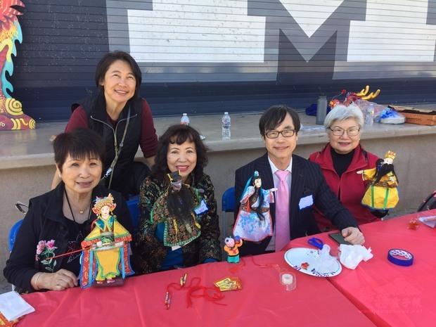 翁桂堂與文化志工推廣介紹布袋戲。