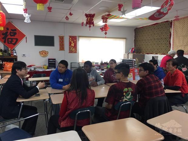 翁桂堂與中文班學生意見交流。