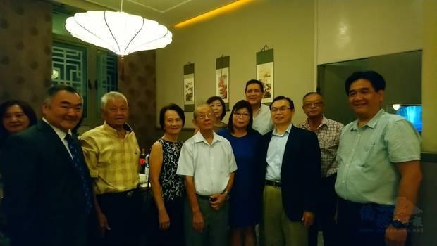 模里西斯華僑慶祝春節委員會歡迎駐南非代表處的到訪。(陳佳玲提供)