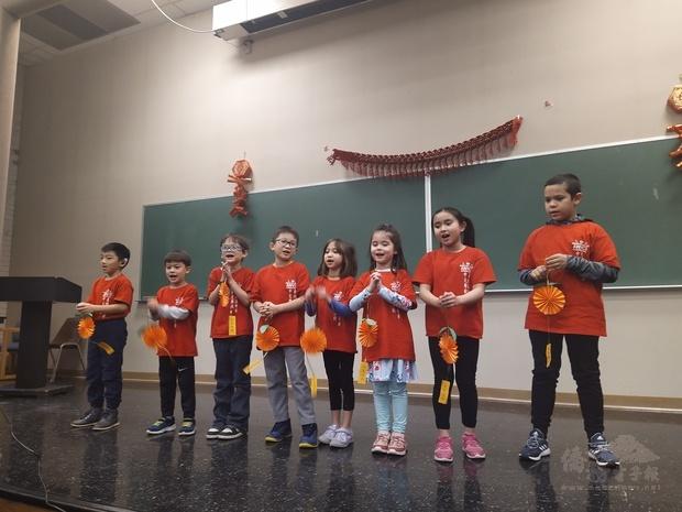 學生展示節慶手作作品及拜年。