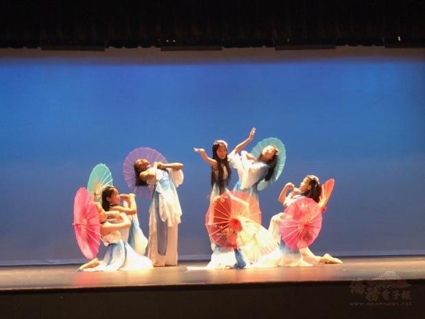 福爾摩沙兒童舞蹈團帶來「青花瓷」傘舞。(世界日報提供)