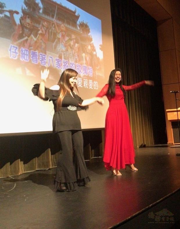 許惠玲(左一)和羅凱莉(Kylie Roibinson)帶動唱「台灣的心跳聲」。(世界日報提供)