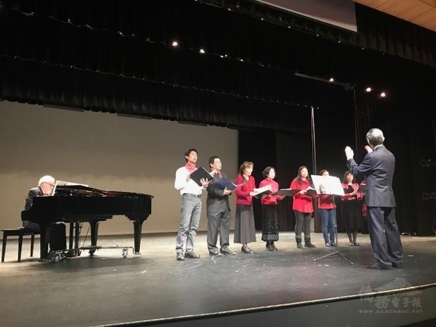 台音合唱團在張明章指揮、武文和教授(Eric Henry)伴奏下,演唱「台灣翠青」。(世界日報提供)