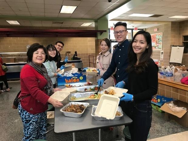 台灣留學生在理事莊慧英(左一)的帶領下,為鄉親準備便當。(世界日報提供)