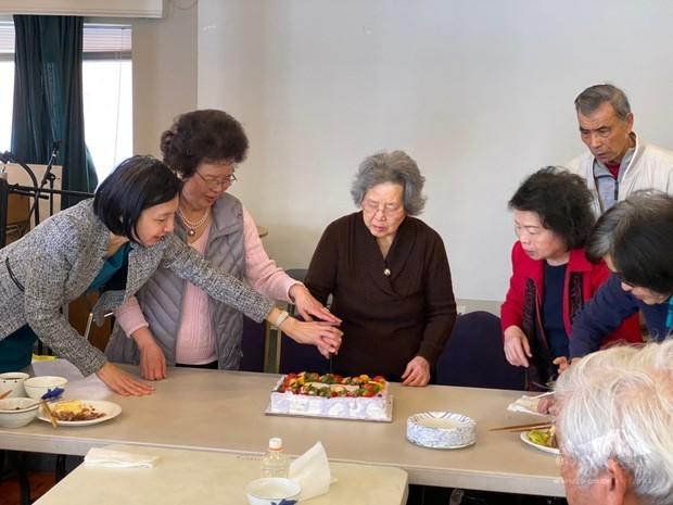 吳曉竹與壽星們一起切蛋糕。