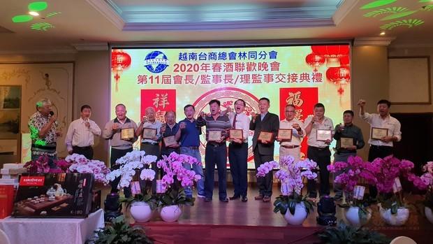 施傳寶(右六)帶領幹部向來賓及會員敬酒。