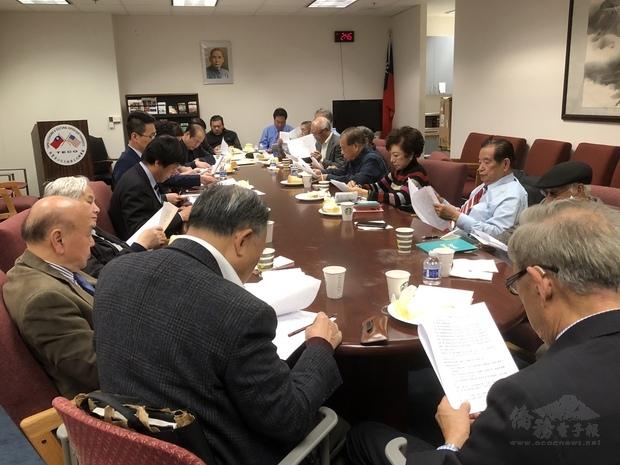 僑團領袖於會議中就相關提案進行審視。