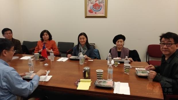 海華中心幹部與郭大文座談。