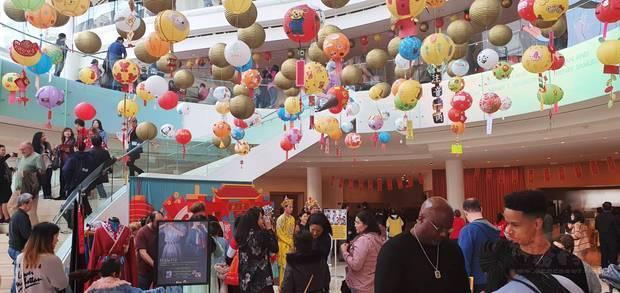 賽格斯壯音樂廳氣派大廳高掛爾灣中文學校學生親手製作的各式各樣燈籠。
