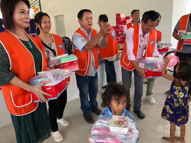 王美蕙(左一)與臺商愛心團隊發送物資予院童。