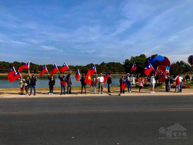 林同臺商於賽事沿路揮舞國旗加油。