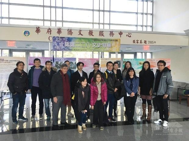 華府臺灣同鄉會與DC臺灣咖啡館合照。