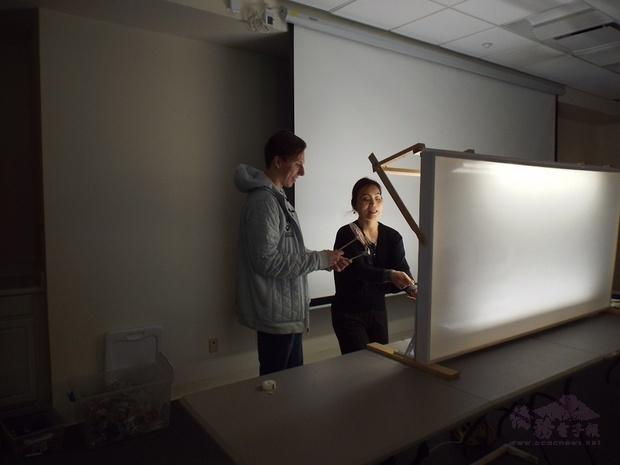 蔣宜娟於課程中指導皮影戲偶操作。