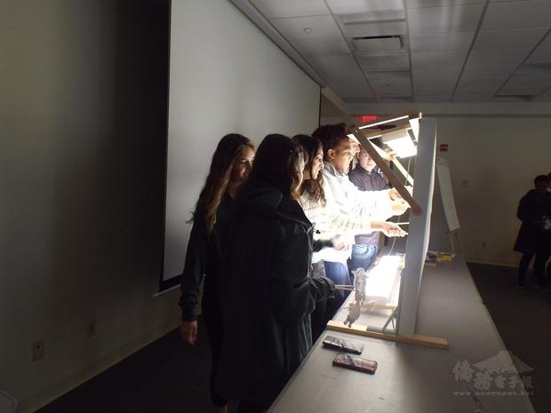 學生分組上臺情境演出。