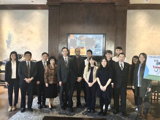 徐佑典(左五)與主協辦單位人員合影。