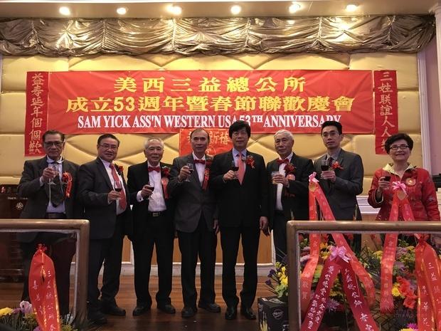 馬鍾麟(右4)、蘇上傑(右2)與主辦單位負責人向嘉賓敬酒。