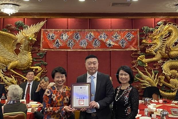 徐儷文代表中華民國僑務委員會委員長吳新興頒發表揚狀予曾偉康。