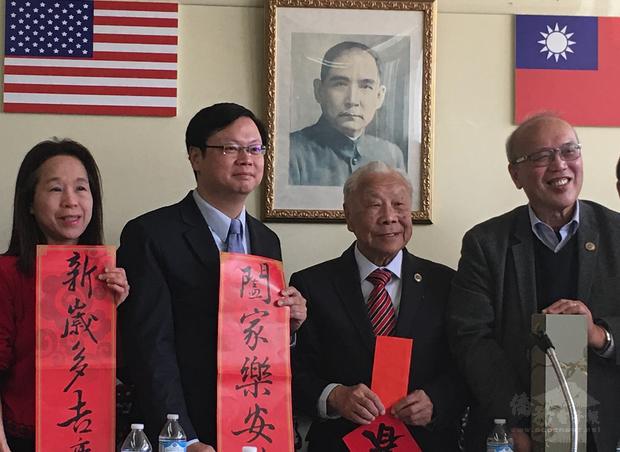 黃鈞耀(左2)前往中華會館拜年並致贈利是及故宮博物館月曆,左3-4為伍健生、陳達偉。