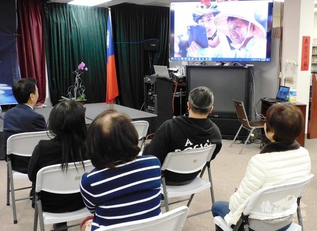 文教中心安排播放宣導影片「擁抱陽光 輪轉幸福」,讓大家瞭解臺灣在醫療透明、食安透明、行政透明上的成果,