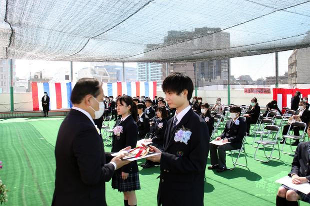 高中部考取台大法律系林同學獲頒謝大使績學獎牌。