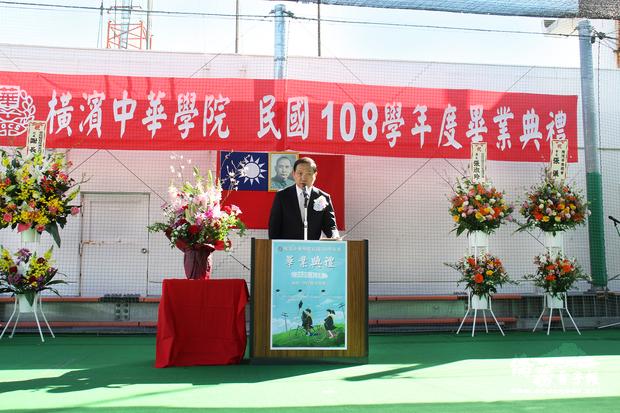 馮彥國勉勵畢業生。