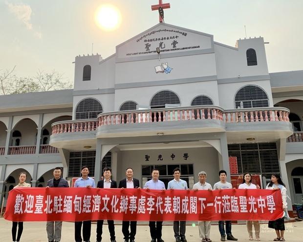 李明昌與多名聖光中學教師熱烈歡迎李朝成、張水庸及張文華一行蒞臨訪問。