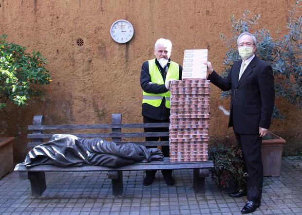 駐教廷大使李世明(右)代表台灣致贈教廷賑濟所樞機主教約斯基(左)600個鮪魚罐頭,幫助受疫情衝擊的街友。(中央社提供)