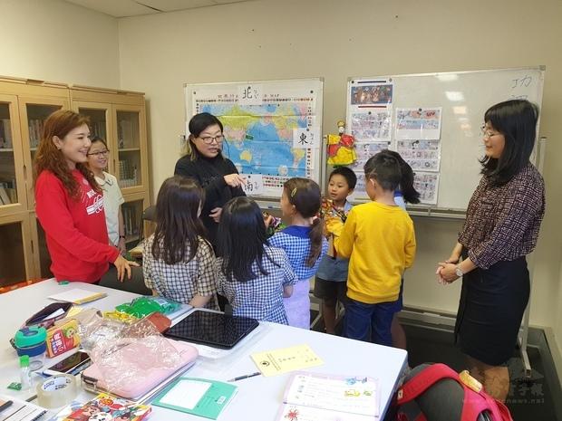 學生賣力學習布袋戲偶。