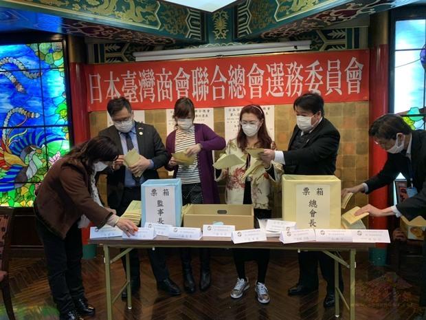 選務委員確認選票。
