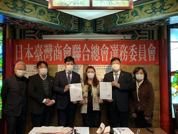 選務委員頒贈當選證書(左3陳五福,右2林隆裕)。