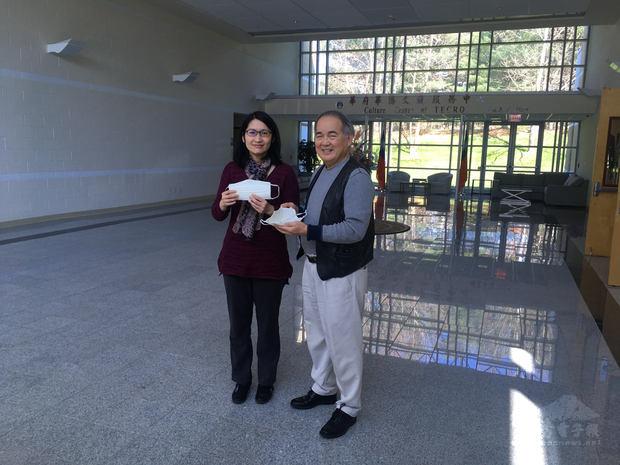 僑胞劉念湘親贈手工布口罩予華府文教中心,由中心副主任王怡如代表接受。