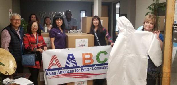 陳朝全(左1)賴淑娜(左2)前往RNPA護士協會捐贈防護衣。
