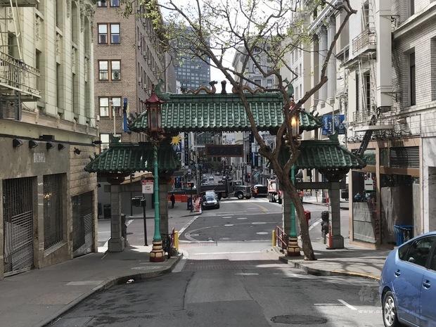 平日熙熙攘攘的舊金山著名景點中國城「天下為公」牌樓疫情期間不見任何遊客。