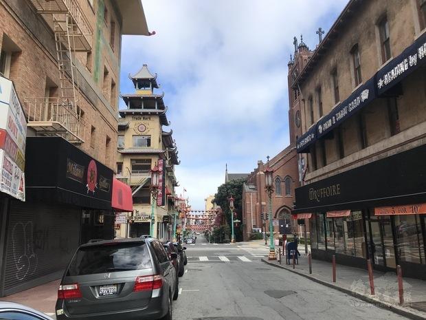 正午時分的舊金山中國城十字路口幾無車潮。
