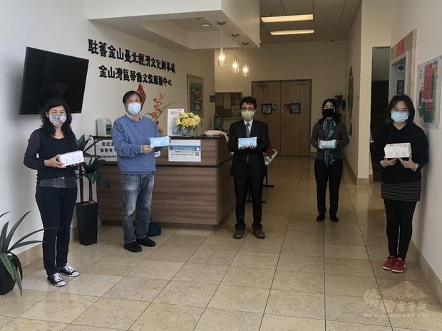 愛心口罩捐贈給年長僑胞  左起:王婉君、汪昌泰、閻樹榮、徐廣梅及馬蒨君。