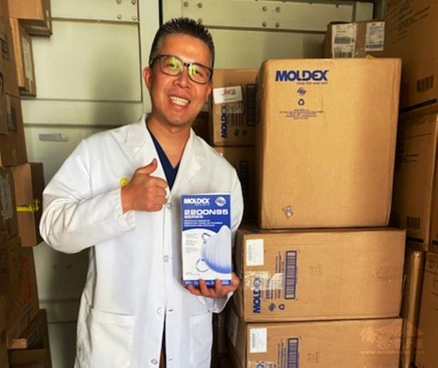 柑縣臺美商會13日捐贈2,500個N95口罩給Hoag Hospital,心導管專科醫師陳正翰對臺灣鄉親表達感謝。