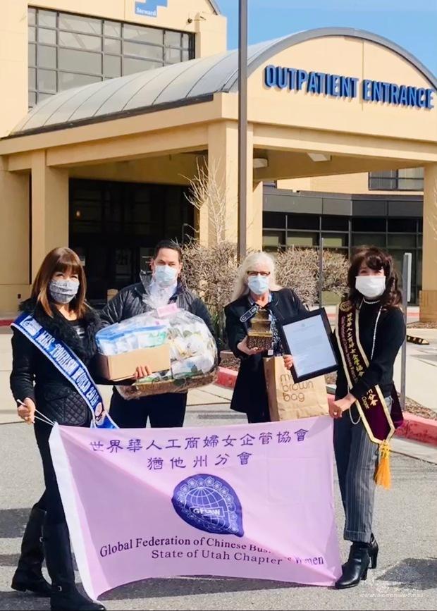 盧英燕(右1)代表捐贈防疫物資。